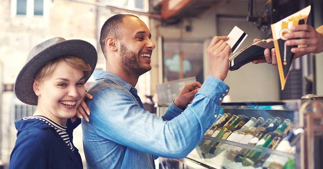 Kunden bezahlen am Food Truck mit Karte