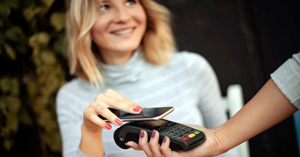 Frau zahlt mit Handy