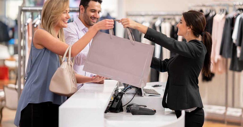 Kundin kauft in Bekleidungsgeschäft ein